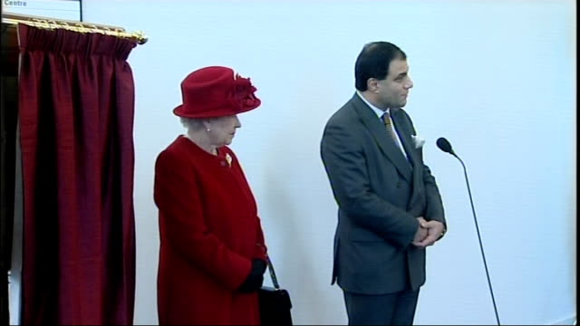 queen visits thames valley university queen welcomed to thames valley university by university chancellor lord bilimoria sot queen unveils plaque to... - signierstunde stock-videos und b-roll-filmmaterial