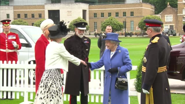 queen visits the honourable artillery company london london honourable artillery company throughout*** gvs artillery band playing national anthem sot... - prinz michael von kent stock-videos und b-roll-filmmaterial