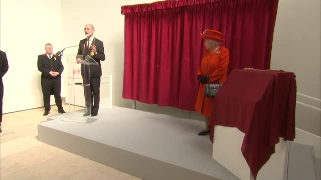 vídeos de stock, filmes e b-roll de queen visits the royal academy of arts and reopens it following refurbishment queen watching video of building work / introduction speech sot / queen... - royal academy of arts