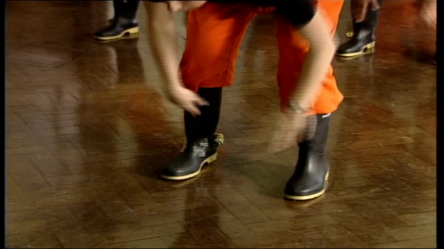 stockvideo's en b-roll-footage met queen watches traditional south african miners' gumboot dance at london college and unveils sundial * * music heard over following shots sot * *... - zonnewijzer