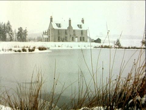 queen wedding gift; scotland: balmora estate: snow on ground: lms house zoom in ekta: 16mm: grampian: 10secs: 6ft: tx'd:21.3.81/10.16pm: cass: 16.35... - gift stock videos & royalty-free footage