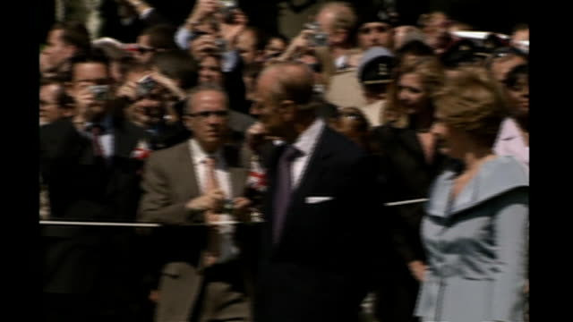 queen welcomed at white house during royal visit; usa: washington: ext queen elizabeth ii and george w bush walkingalong outside white house at... - laura bush stock videos & royalty-free footage