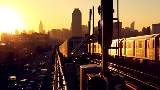 queens sonnenuntergang u-bahn - queens stock-videos und b-roll-filmmaterial