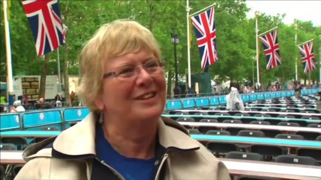 queen's 90th birthday: patron's lunch; general views people enjoying picnics with hampers and wearing ponchos vox pops tower bridge: man dressed as... - 90th birthday stock videos & royalty-free footage