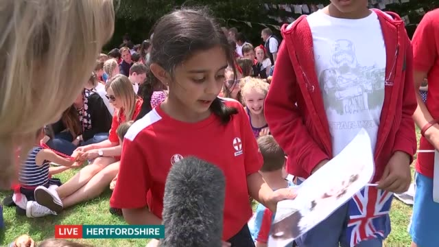 vidéos et rushes de queen's 90th birthday service of national thanksgiving held england hertfordshire ext reporter to camea/ vox pops schoolchildren at party to... - vox populi