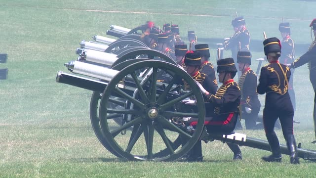 queen's birthday 2018: gun salute fired in green park; england: london: green park: ext gun salute being fired by royal horse artillery to mark the... - queen's birthday stock videos & royalty-free footage