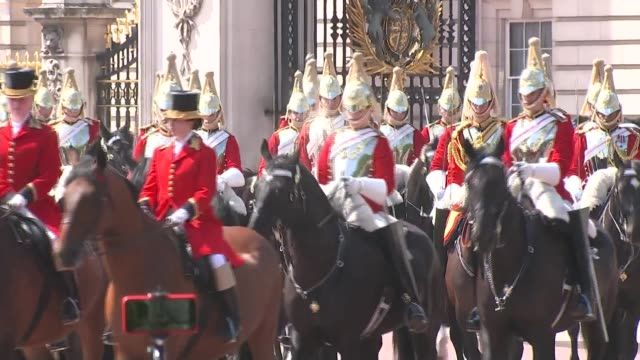 stockvideo's en b-roll-footage met queen's birthday 2018 trooping of the colour england london the mall sot*** horse and carriage along toward camera queen elizabeth ii along in... - militair uniform