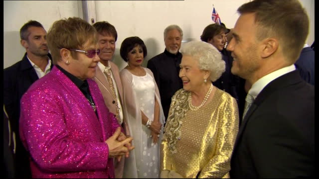 vidéos et rushes de queen's birthday honours list: recipients announced; r04061205 london: int queen elizabeth ii being introduced to celebrities who performed at the... - take that