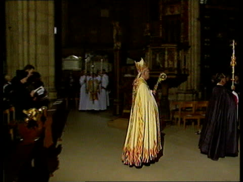 queen's christmas message/ carey/ pope kent canterbury cathedral archbishop of canterbury dr george carey processing along carey sermon i detect an... - ダンブレーン点の映像素材/bロール