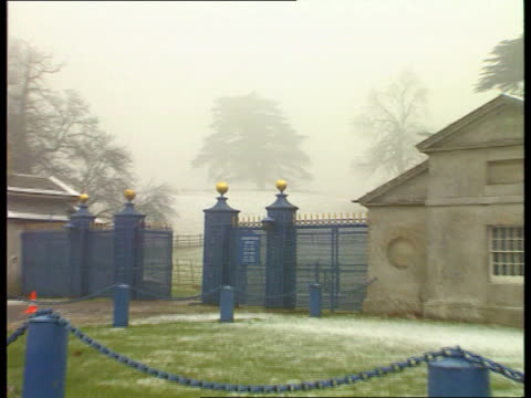 vídeos de stock e filmes b-roll de queen's christmas message northants althorp hall lms trees in mist pull out entrance gates to estate - terreno