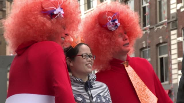 vídeos y material grabado en eventos de stock de queens day in the netherlands isnt just about kings and queens its also a time to revel in dutch tradition including the colour orange beer and boats... - orange nueva jersey