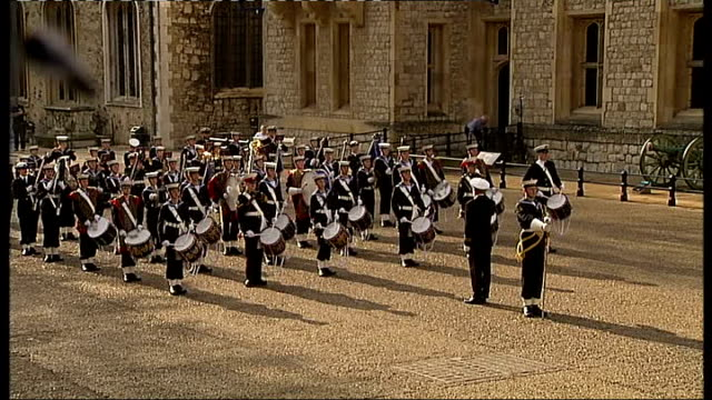 vídeos de stock e filmes b-roll de queen's diamond jubilee crystal diamond for beacon lighting arrives at tower of london royal navy cadet band playing / beefeater carrying cushion... - cadete