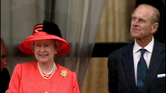 vídeos y material grabado en eventos de stock de queen's diamond jubilee plans lib pall mall filled with crowds celebrating queen's golden jubilee queen and prince philip waving from balcony - jubileo de diamante