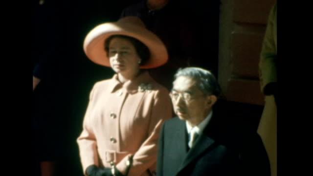 queen's diamond jubilee: queen's role as head of the commonwealth; tx 5.10.1971 london: queen standing near emperor hirohito of japan - 昭和天皇点の映像素材/bロール