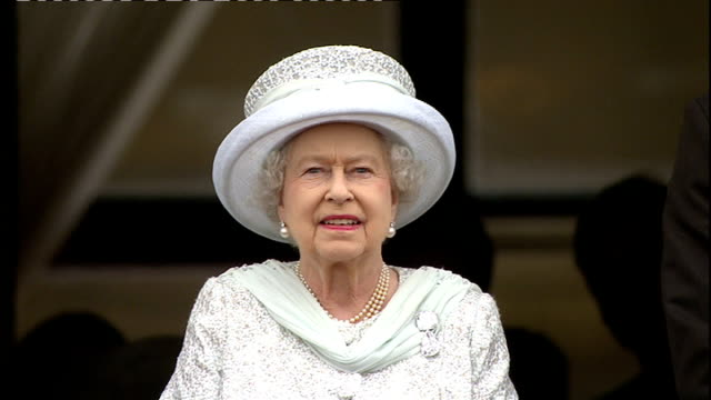 queen's diamond jubilee: southampton cruise ships and fireworks; dakota and two king airs aircraft flying over buckingham palace dakota and two king... - diamantenes jubiläum stock-videos und b-roll-filmmaterial