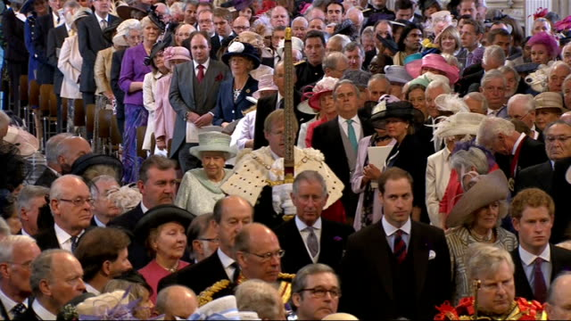 vídeos y material grabado en eventos de stock de queen's diamond jubilee southampton cruise ships and fireworks **music heard sot** queen arriving at st paul's cathedral and shaking hands trumpeters... - jubileo de diamante
