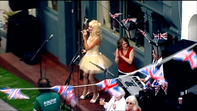 stockvideo's en b-roll-footage met queen's diamond jubilee: street parties and events across the country; east sussex: brighton: high angle view of performer singing at party sot... - itv