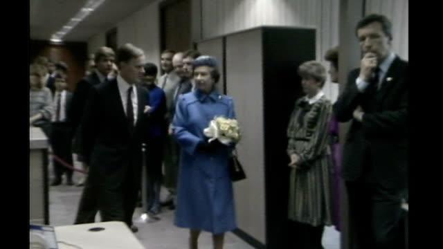 vídeos de stock e filmes b-roll de queen's diamond jubilee the diamond generation anne thorne date 1980s footage of queen on tour of office photography *** queen and daughter princess... - trabalhadora de colarinho branco