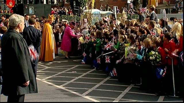 queen's diamond jubilee the diamond generation winnie hylton's story date leicester queen elizabeth greeting school children with union jack flags on... - レスターシャー点の映像素材/bロール
