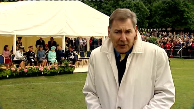 queen's diamond jubilee tour reaches nottingham; reporter to camera with queen and duke and duchess of cambridge in background - giubileo di diamante video stock e b–roll