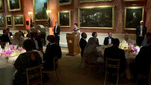 queen's dinner banquet gvs banquet and queen's speech england london buckingham palace int tables being prepared / guests into banquet room / theresa... - the queen's speech state opening of uk parliament stock-videos und b-roll-filmmaterial