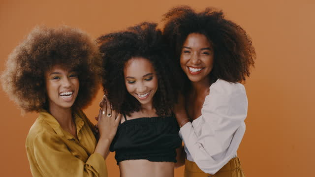 vídeos de stock e filmes b-roll de queens don't compete, they support each other - cabelo natural