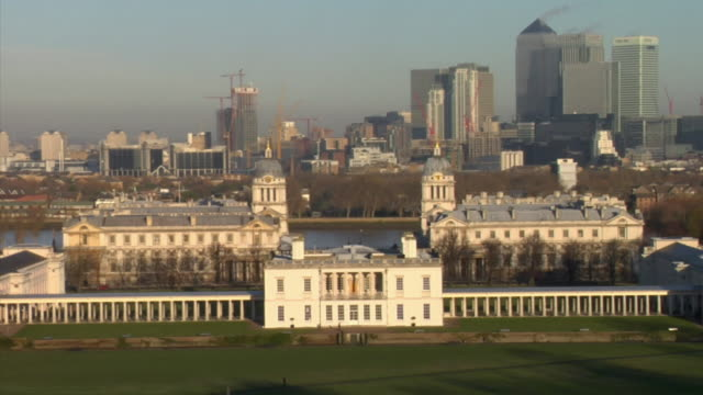 vídeos de stock, filmes e b-roll de zo ws ha queen's house with skyscrapers of canary wharf in background, greenwich park, london, england - 17th century style