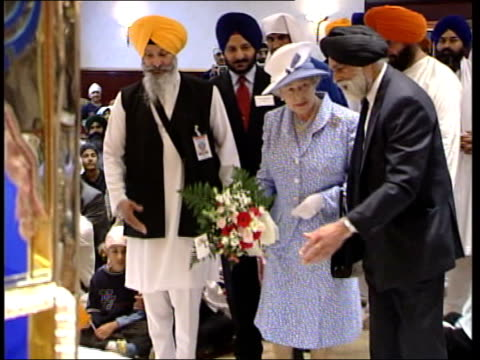 queen's jubilee tour; royal pool england: leicester ext gv queen elizabeth ii along from car as arriving for visit to sikh temple people watching lms... - vox populi stock-videos und b-roll-filmmaterial