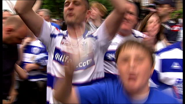 queens park rangers ticket prices controversy tx qpr fans celebrating promotion to premier league - クイーンズ パーク レンジャーズfc点の映像素材/bロール