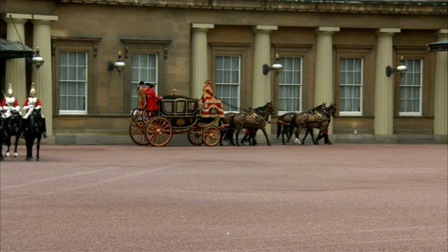 vidéos et rushes de queen's speech carriages depart buckingham palace england london buckingham palace ext buckingham palace courtyard / gvs first coach departing... - terrain d'agrément