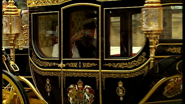 vidéos et rushes de queen's speech england london ext jubilee coach along to parliament houses of parliament int black rod along doors of house of commons slamming shut... - parlement britannique