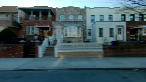 vídeos y material grabado en eventos de stock de xi de queens nueva york serie frente conduce estudio proceso - zona residencial