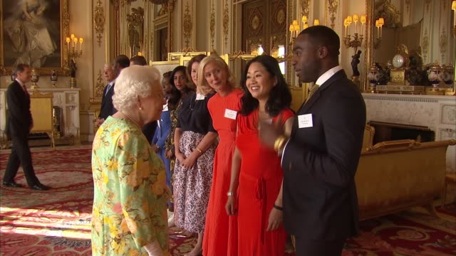 vídeos de stock e filmes b-roll de queen's young leaders programme reception at buckingham palace: reception and awards ceremony; england: london: buckingham palace: int queen... - lenny henry