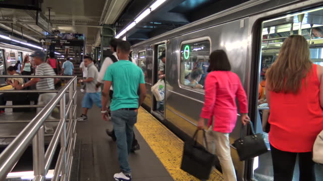 vídeos y material grabado en eventos de stock de queensboro plaza, #7 subway platform, new york city - muleta