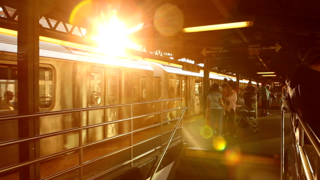 vídeos de stock e filmes b-roll de queensboro plaza subway sunset in new york city - plataforma de estação de metro