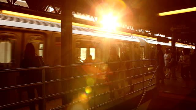 queensboro plaza subway solnedgång i new york city - högbana bildbanksvideor och videomaterial från bakom kulisserna