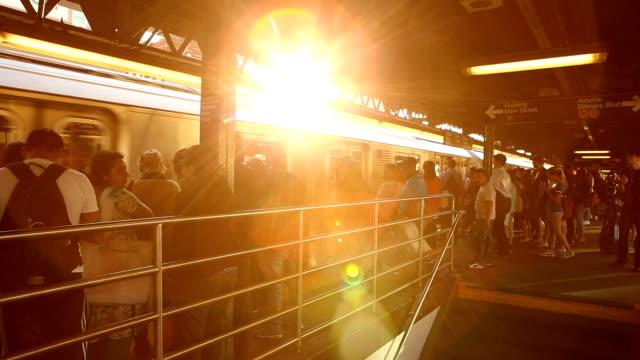 vídeos de stock, filmes e b-roll de queensboro plaza - pataforma de estação de metrô