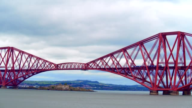 queensferry bridges - fluss firth of forth stock-videos und b-roll-filmmaterial
