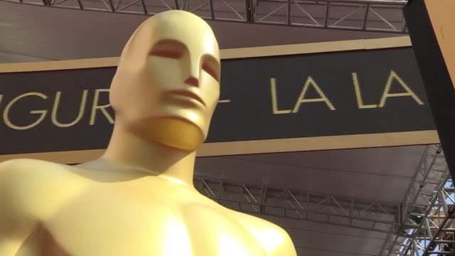 a quelques heures des oscars les ouvriers et les equipes de television sont au travail sur le celebre tapis rouge du dolby theater - academy of motion picture arts and sciences stock videos and b-roll footage