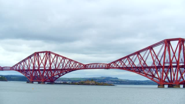 quensferry bridges - fluss firth of forth stock-videos und b-roll-filmmaterial