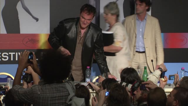 quentin tarantino and brad pitt at the cannes film festival 2009 inglourious basterds press conference arrivals at cannes - 62 ° festival internazionale del cinema di cannes video stock e b–roll
