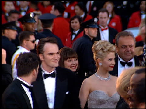 vídeos de stock, filmes e b-roll de quentin tarantino at the 1996 academy awards arrivals at the shrine auditorium in los angeles california on march 25 1996 - 1996