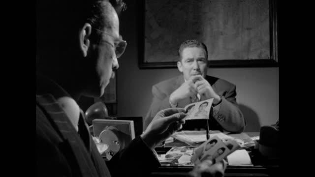 vidéos et rushes de 1948 questioning a man brings few leads - détective