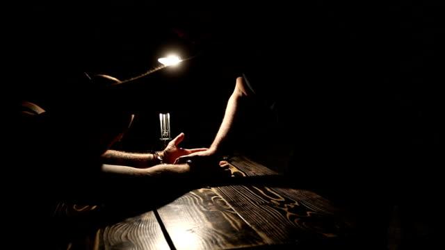 容疑者に尋問する - 人質点の映像素材/bロール