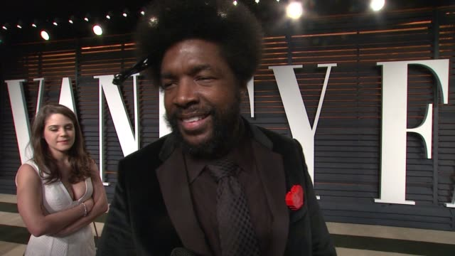 vídeos y material grabado en eventos de stock de interview questlove at the 2015 vanity fair oscar party hosted by graydon carter at the wallis annenberg center for the performing arts on february... - vanity fair oscar party
