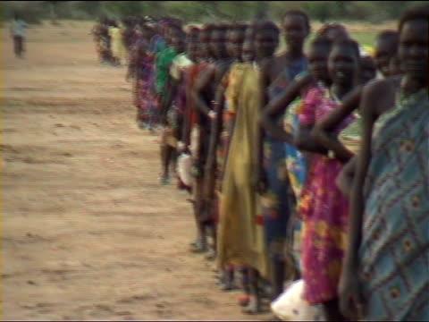 vídeos y material grabado en eventos de stock de queue for aid. sudan - hambriento