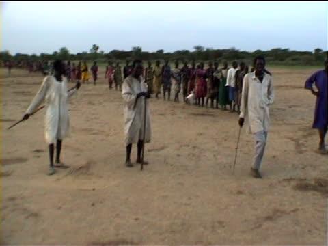 vídeos de stock, filmes e b-roll de queue for aid. sudan - sudão