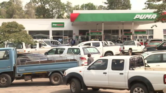 vídeos de stock e filmes b-roll de queues at petrol station in harare after announcement that cost of fuel will be doubled - petroleum