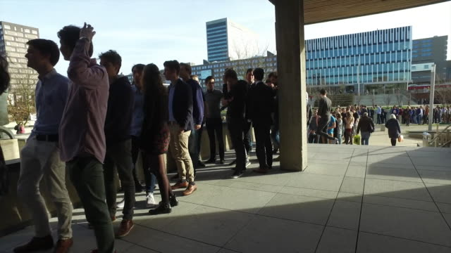 vidéos et rushes de queues of people in rotterdam waiting to see the televised debate between dutch prime minister mark rutte and the freedom party's geert wilders - file attente