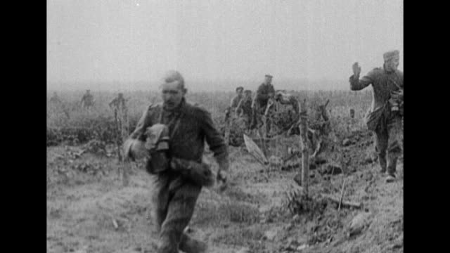 "quick shot title card: ""at last the great allied offensive on the somme has begun and ammunition cars and huge cannons are being rushed to the points... - gefangen stock-videos und b-roll-filmmaterial"